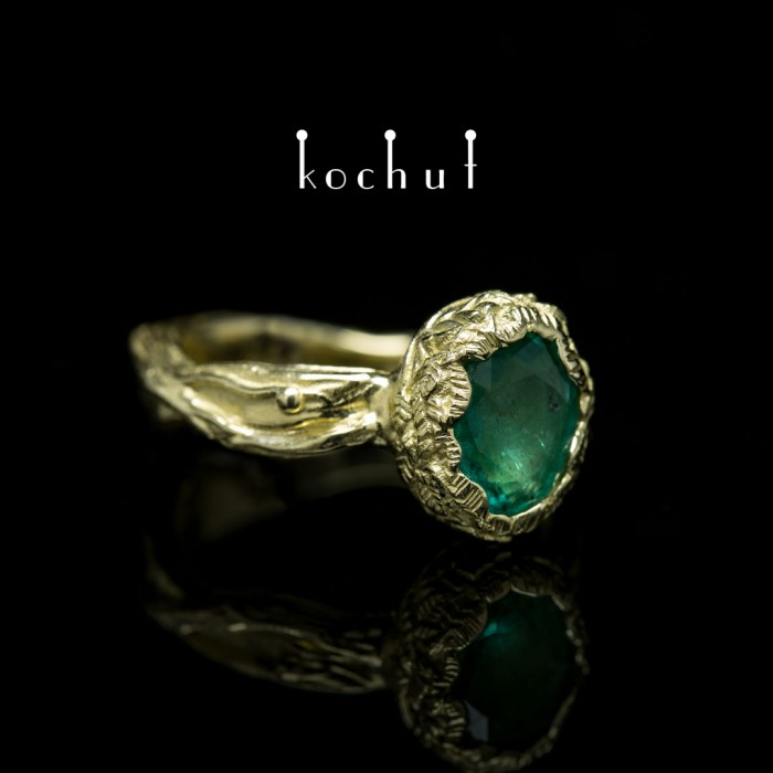 Gold ring with emerald insert