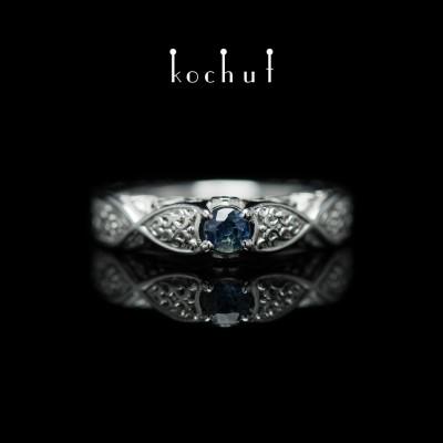 Prsten «Versailles». Bílé zlato, safír, brilianty, bílé rhodium