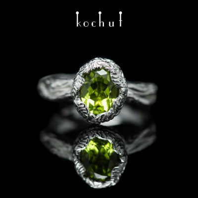 Prsten «Pramen života». Bílé zlato, bílé rhodium, chryzolit