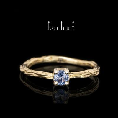 Prsten «Zimní větvička». Žluté zlato, safír