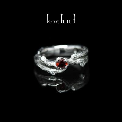 Prsten «Větvička». Bílé zlato, bílé rhodium, červený granát