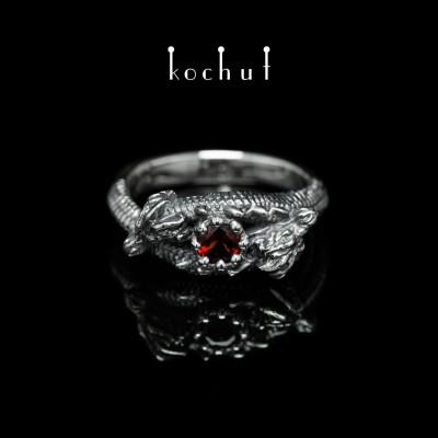 Prsten «Dvouhlavý drak». Stříbro, červený granát, oxidace