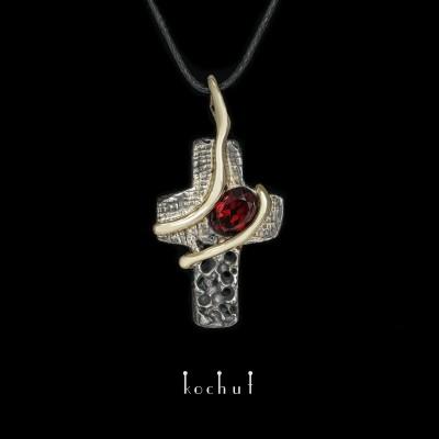 Крестик «Берегиня». Серебро, желтое золото, оксидирование, гранат