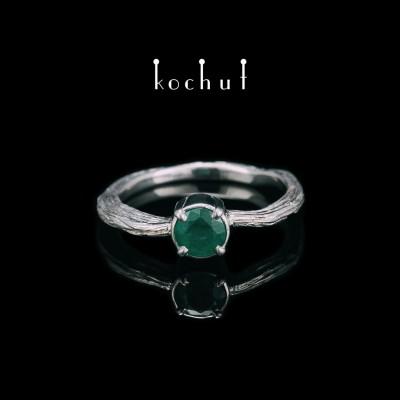 Prsten «Zimní větvička». Stříbro, smaragd, bílé rhodium