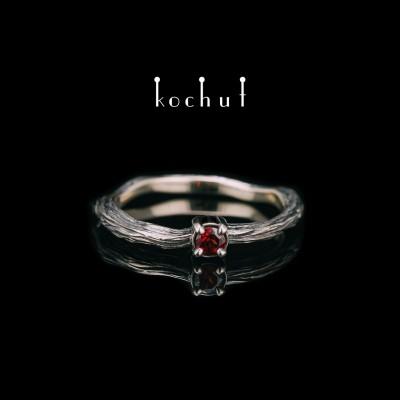 Prsten «Zimní větvička». Bílé zlato, granát, černé rhodium