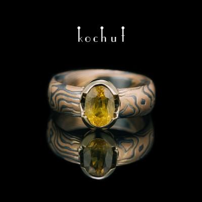 Каблучка мокуме «Софора. Нектар». Червоне та жовте золото, травлене срібло, оксидування, жовтий сапфір