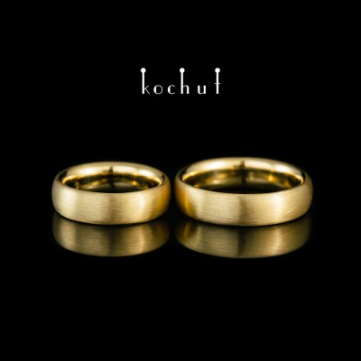 Classic wedding rings with a matt surface. 18K Yellow gold