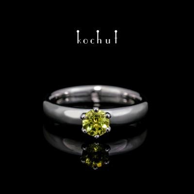 Prsten «Persefona». Stříbro, bílé rhodium, chryzolit