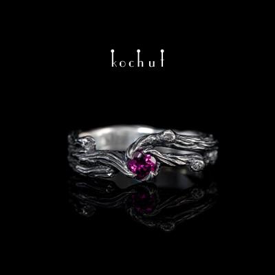 Prsten «Větvička». Stříbro, granát rhodolit, oxidace