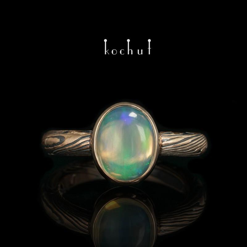 Prsten mokume «Haiku». Červené zlato, leptané stříbro, opál, oxidace