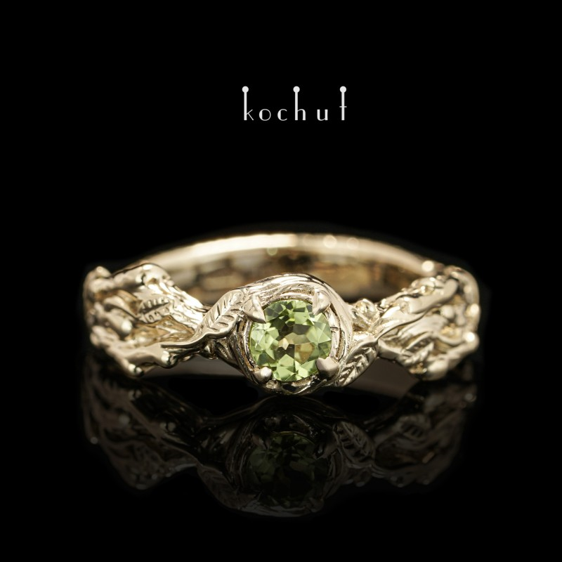 Prsten «Klíčky». Žluté zlato, chryzolit