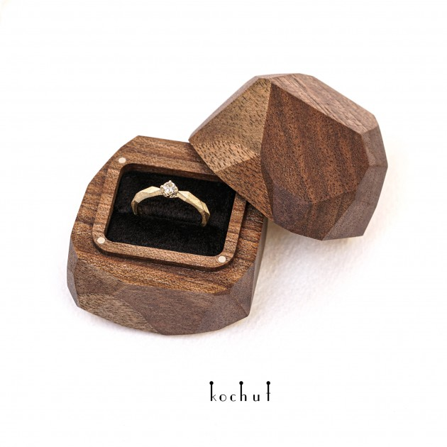 Engagement ring «MyQueen» and a free jewellery box. Yellow gold, diamond