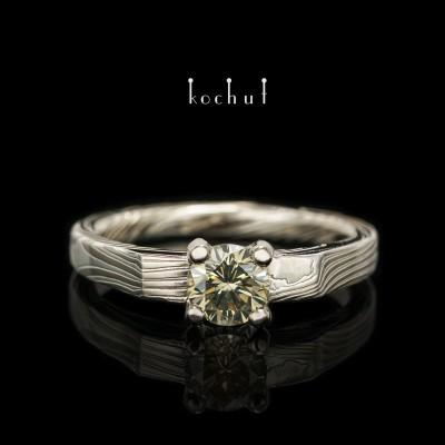 Кольцо мокуме «Императрица Кодзюн». Палладиевое золото, травленное серебро, зеленый бриллиант